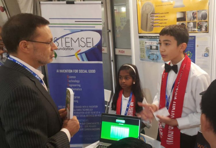 Max Weir explains his invention to Australian High Comissioner to Malaysia Andrew Goledzinowski in Kuala Lumpur