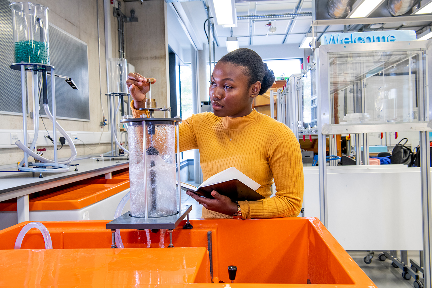 University of Southampton students explore properties of fluids in their civil engineering degree programs. (Image: © University of Southampton)